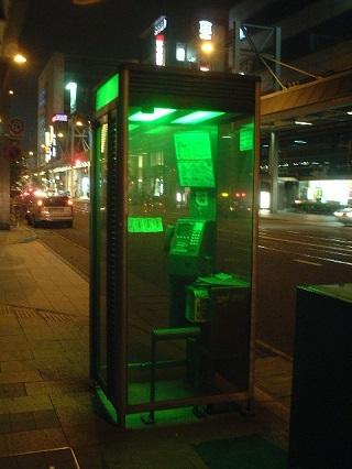 電話ボックスの緑の光